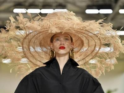 Valentino собирается представить свою первую коллекцию косметики в августе